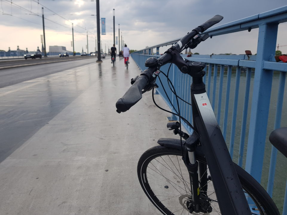 Fahrrad auf der Kennedybrücke in Bonn