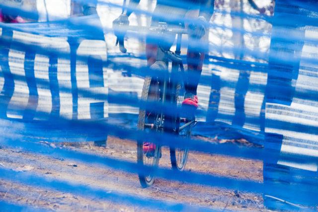 Tipps für dein erstes Cyclocross-Rennen: Cyclocrosser im Schlamm auf einer Rennstrecke