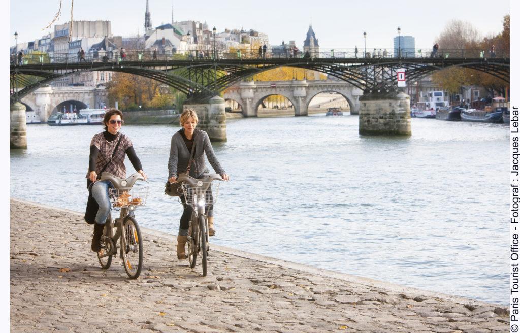 Zwei Radfahrerinnen an der Seine